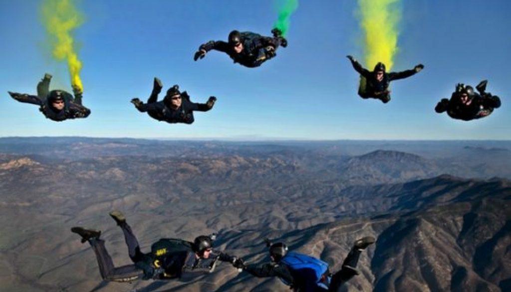 skydivers_pexels